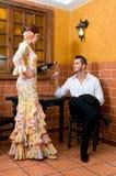 Les femmes et l'homme dans des robes traditionnelles de flamenco dansent pendant Feria de Abril sur April Spain Photographie stock