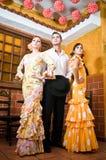 Les femmes et l'homme dans des robes traditionnelles de flamenco dansent pendant Feria de Abril sur April Spain Image stock