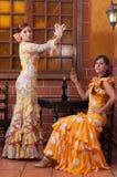 Les femmes et l'homme dans des robes traditionnelles de flamenco dansent pendant Feria de Abril sur April Spain Photo libre de droits
