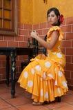 Les femmes et l'homme dans des robes traditionnelles de flamenco dansent pendant Feria de Abril sur April Spain Images libres de droits