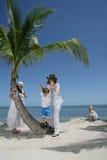 Les femmes et les enfants sur la plage Photos libres de droits