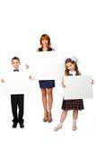 Les femmes et les enfants tiennent une affiche Photographie stock libre de droits