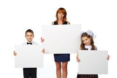 Les femmes et les enfants tiennent une affiche Images stock