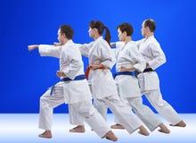 Les femmes et les hommes dans le karategi forment le bras de poinçon Photo libre de droits