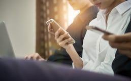 Les femmes et les hommes sont des amis Les concepts d'informatique de téléphone et de jeu font nos vies dépasser Image stock
