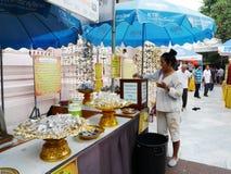 Les femmes et les personnes thaïlandaises de voyageurs visitent et le respect prient Bouddha image libre de droits