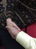 Les femmes et un homme se tiennent main photographie stock