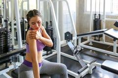Les femmes exercent déjà douloureux Femelle asiatique ayant la douleur dans elle photographie stock