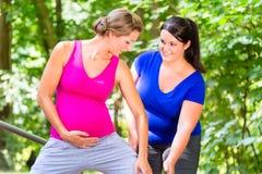 Les femmes faisant la forme physique de grossesse s'exerce ensemble photos libres de droits
