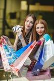 Les femmes font des achats avec des cartes de crédit au mail Image stock