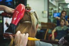 Les femmes font des cheveux par les techniciens qualifiés photo stock