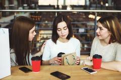 Les femmes font la surprise pour encourager leur ami de renversement Photos stock