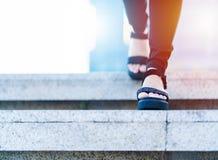 Les femmes font un pas en avant au succès, jeunes femmes d'affaires fait un pas en avant sur l'escalier Image stock