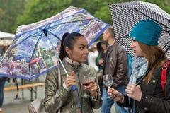 Les femmes goûtent le vin pendant la nourriture de Kyiv et le festival du vin, Ukraine Image stock