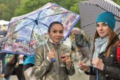 Les femmes goûtent le vin pendant la nourriture de Kyiv et le festival du vin, Ukraine Photos libres de droits