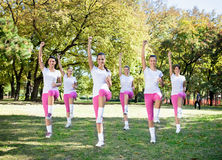 Les femmes groupent en classe d'aérobic. Images libres de droits