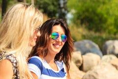 Les femmes heureuses exposent au soleil le bronzage et la détente sur la plage Image stock