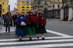 Les femmes indigènes péruviennes traversent la rue près du palais de gouvernement à Lima, Pérou images stock