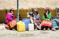 Les femmes indigènes vendant le chicha ont fermenté la bière de maïs au marché Image libre de droits
