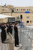 Les femmes juives religieuses prient par le mur occidental dans la vieille ville de Jérusalem Photos libres de droits