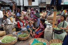 Les femmes lancent sur le marché en Inde Image stock