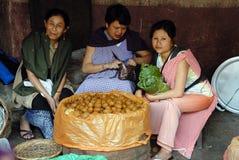 Les femmes lancent sur le marché en Inde Photos libres de droits