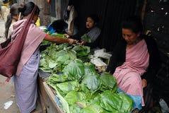 Les femmes lancent sur le marché en Inde Photo stock
