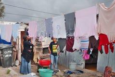 Les femmes lavent leurs vêtements Image stock