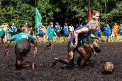 Les femmes luttent pour la boule dans le championnat biélorusse ouvert sur le football de marais Photos libres de droits
