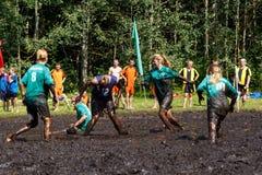 Les femmes luttent pour la boule dans le championnat biélorusse ouvert sur le football de marais Image libre de droits