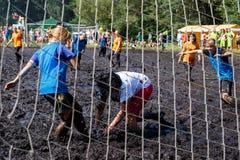 Les femmes luttent pour la boule dans le championnat biélorusse ouvert sur le football de marais Images libres de droits
