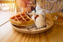 Les femmes mangent la crème glacée de gaufres Images stock