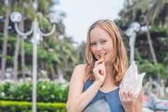 Les femmes mangent les patates douces frites en parc Concept de nourriture industrielle Photographie stock libre de droits