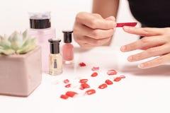 Les femmes manicure et des attachés une forme d'ongle pendant la procédure des prolongements d'ongle avec le gel à la maison Conc Image stock