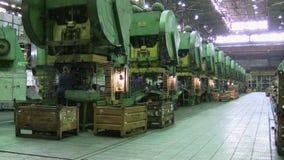 Les femmes met le composant sous l'usine d'AutoVAZ de machine de presse banque de vidéos