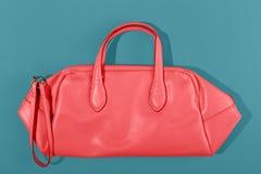 Les femmes mettent en sac la couleur de corail vivante Tendez cette ann?e photo stock