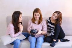 Les femmes modernes étudient et regardent de nouveaux verres de sitt parallèle de réalité Image libre de droits