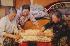 Les femmes mongoles supérieures produisent le feutre dans Harhorin, Mongolie images stock