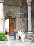 Les femmes musulmanes entrent dans la cour de mosquée Images stock