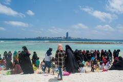 Les femmes musulmanes et les enfants ayant la partie à la plage image libre de droits