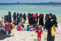 Les femmes musulmanes et les enfants passant des vacances à la plage tropicale photo stock