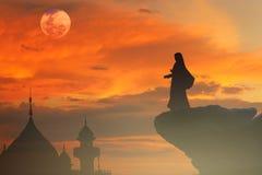 Les femmes musulmanes prient pour la paix de bénédictions de paix dans Ramadan photos stock