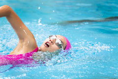 les femmes nage dans la piscine Photos stock