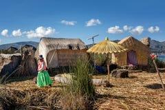 Les femmes non identifiées souhaitent la bienvenue au touriste sur le Lac Titicaca dans Puno, Image libre de droits