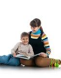 Les femmes ont affiché le livre à son fils Image stock