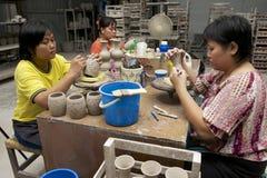 Les femmes ont coupé la décoration traditionnelle de motifs de tatouage au kaolin, Kuching, Malaisie Image libre de droits