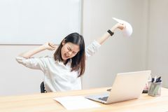 Les femmes ont des douleurs de dos en raison de l'ordinateur et du travail pendant longtemps photo libre de droits
