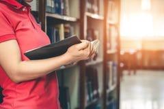 Les femmes ont lu des livres de vacances dans un environnement tranquille photo libre de droits