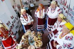 Les femmes ont rectifié vers le haut dans des costumes ukrainiens nationaux Photos stock