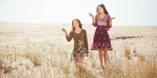 Les femmes ont trouvé l'oasis dans le désert Image stock